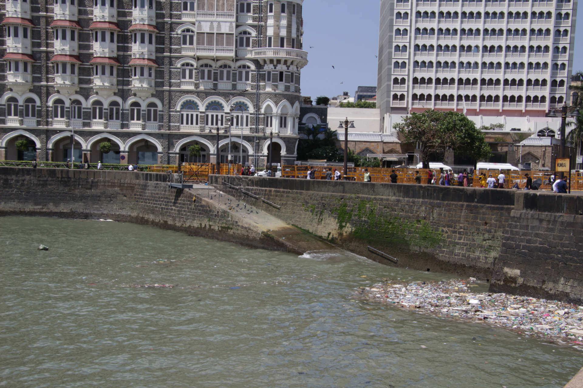 Indien Mumbai Müll am Harbor