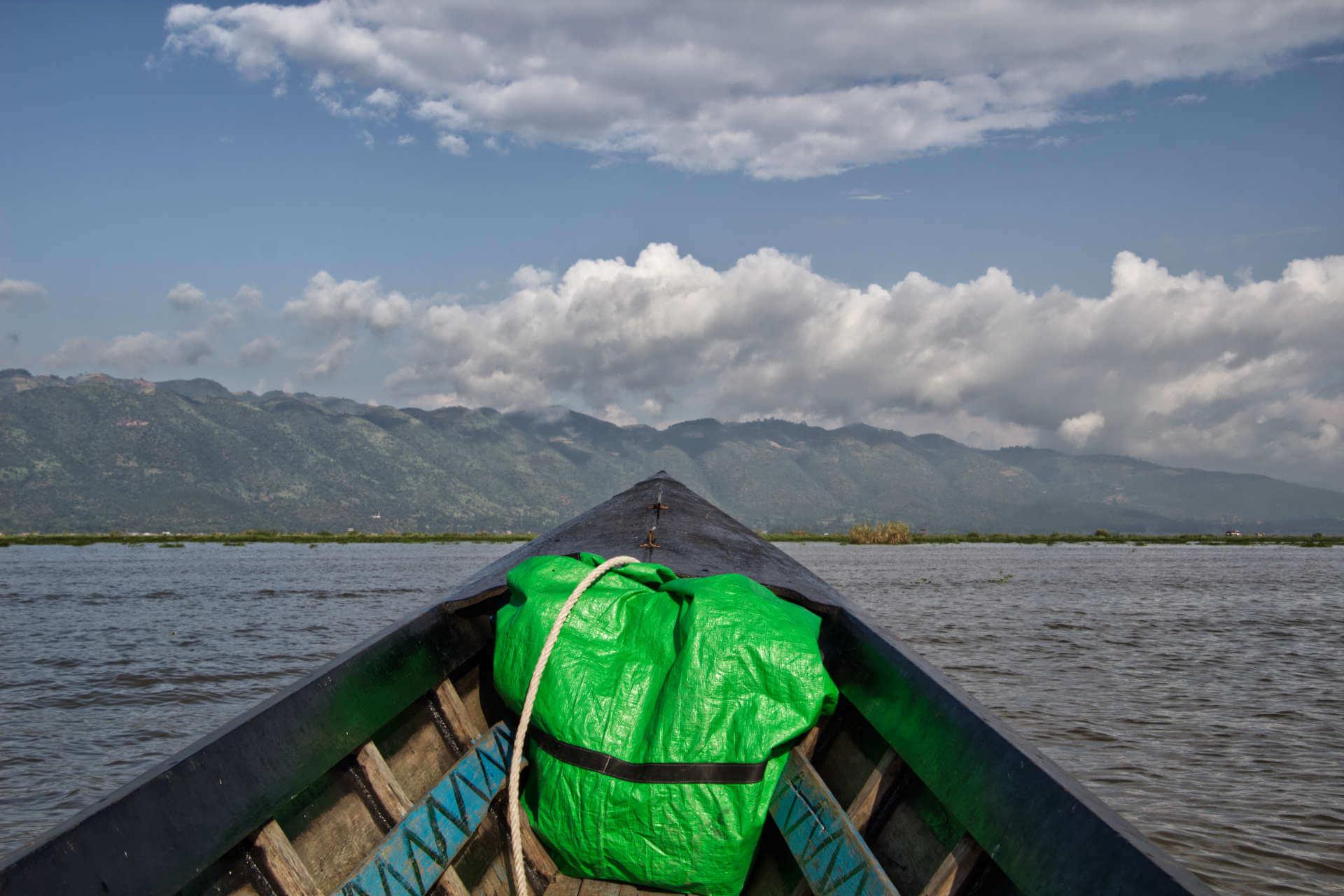 Myanmar Inle Lake Boot und Berge