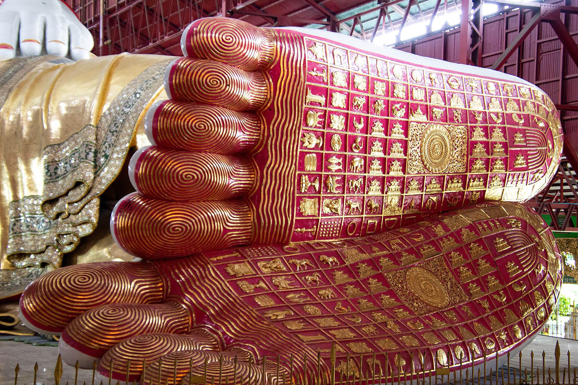 Die Füße vom liegenden Buddha in der Paya Chaukhtatgyi