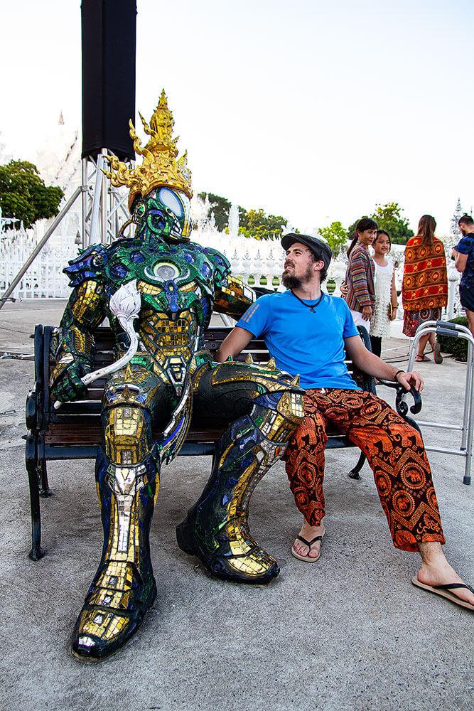 Berti und Skulptur beim Wat Rong Khun
