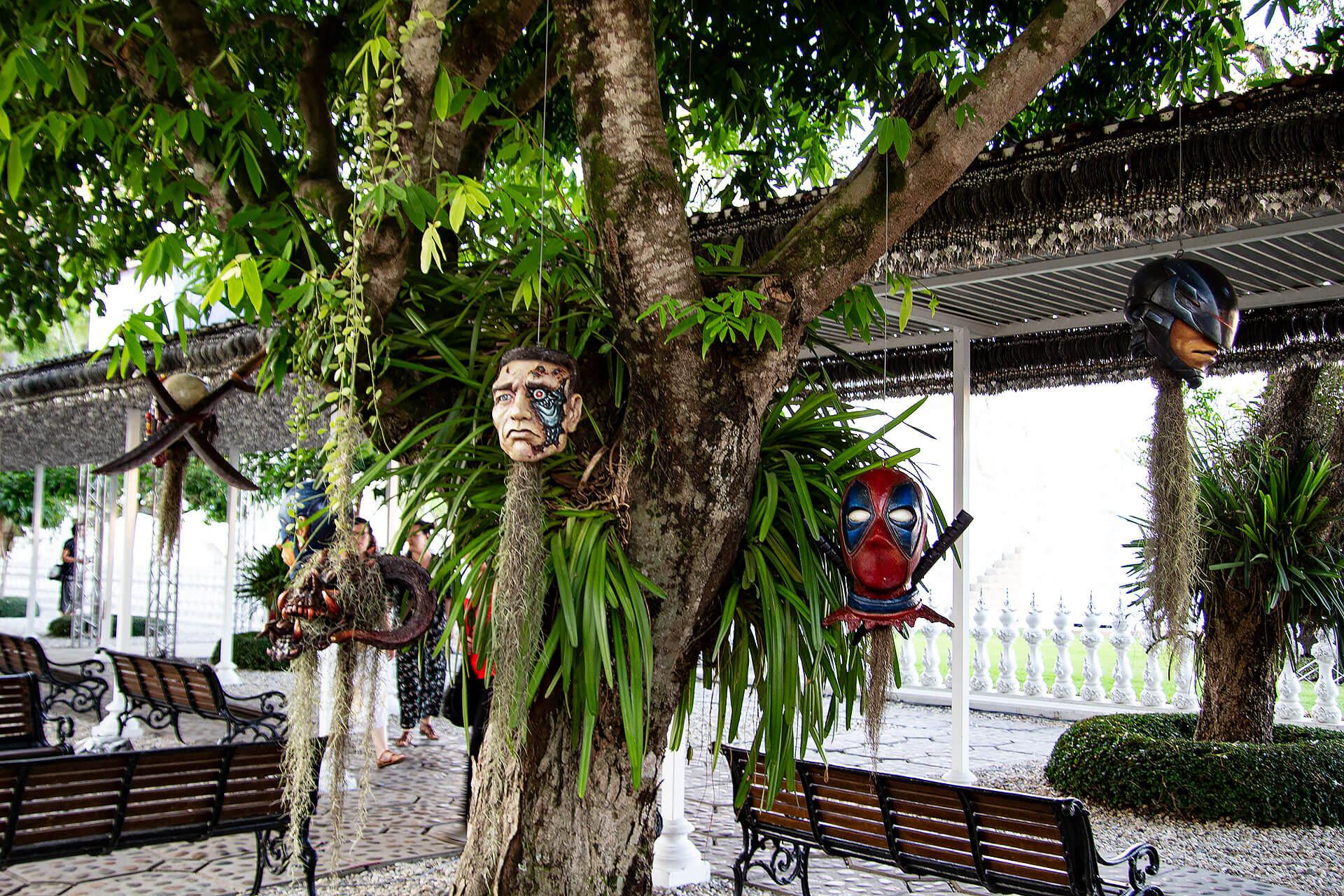 Superheldenköpfe beim Wat Rong Khun