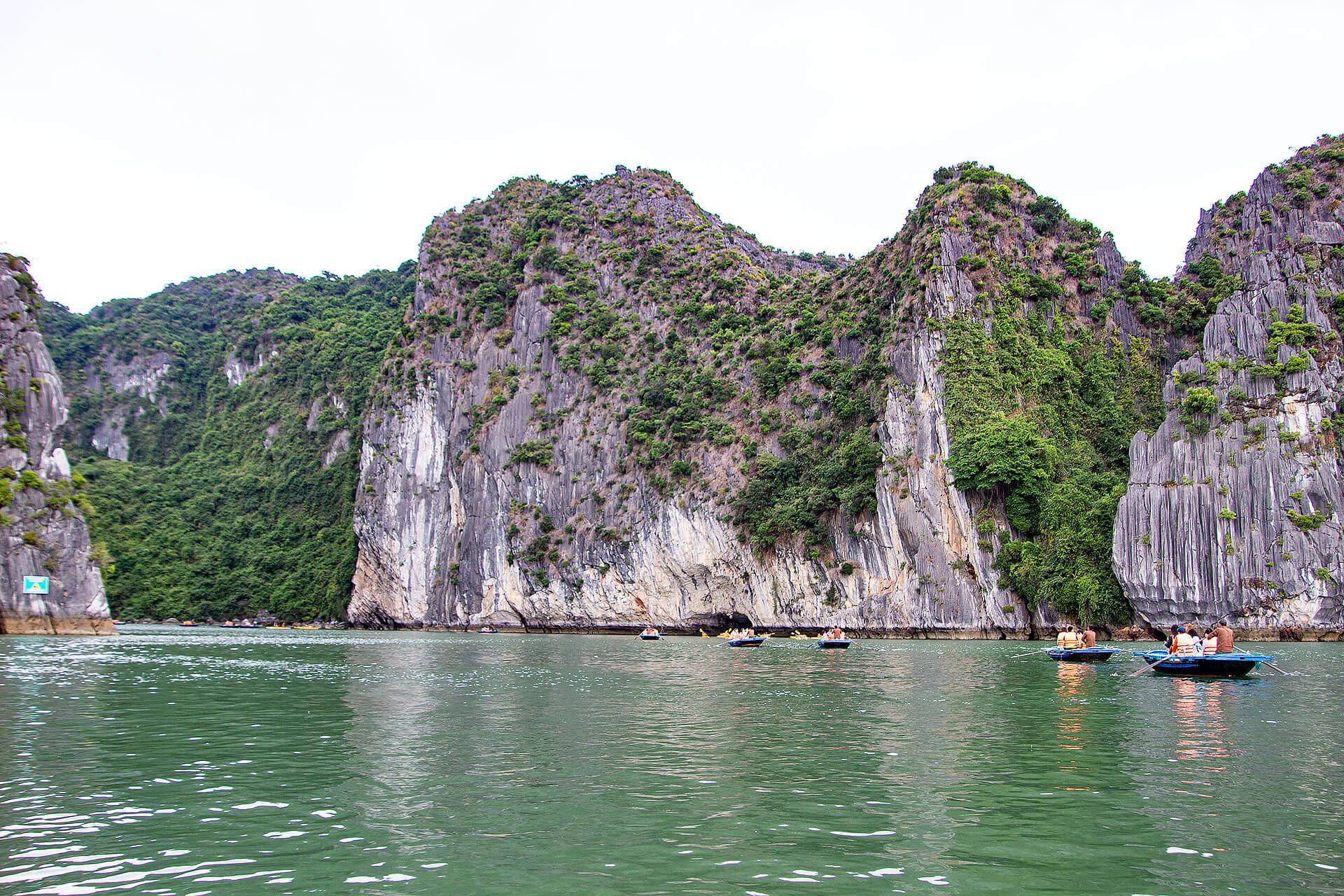 Mit dem Bambusboot in der Halong Bucht