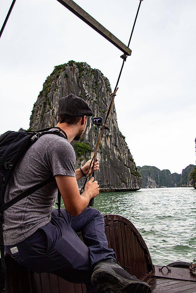 Berti beim Filmen in der Halong Bucht