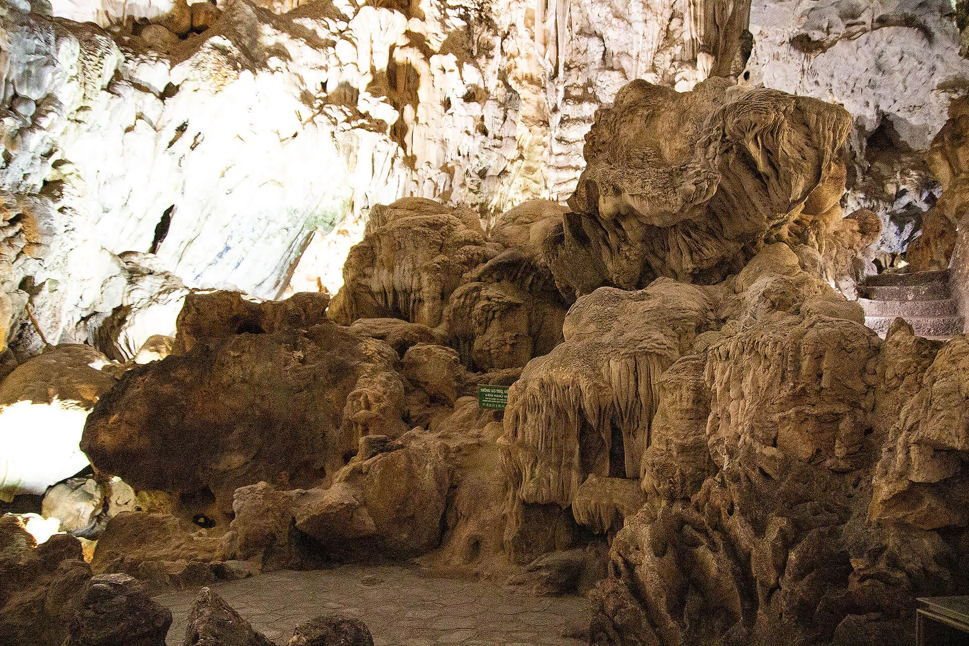 Höhle in der Halong Bucht in Vietnam