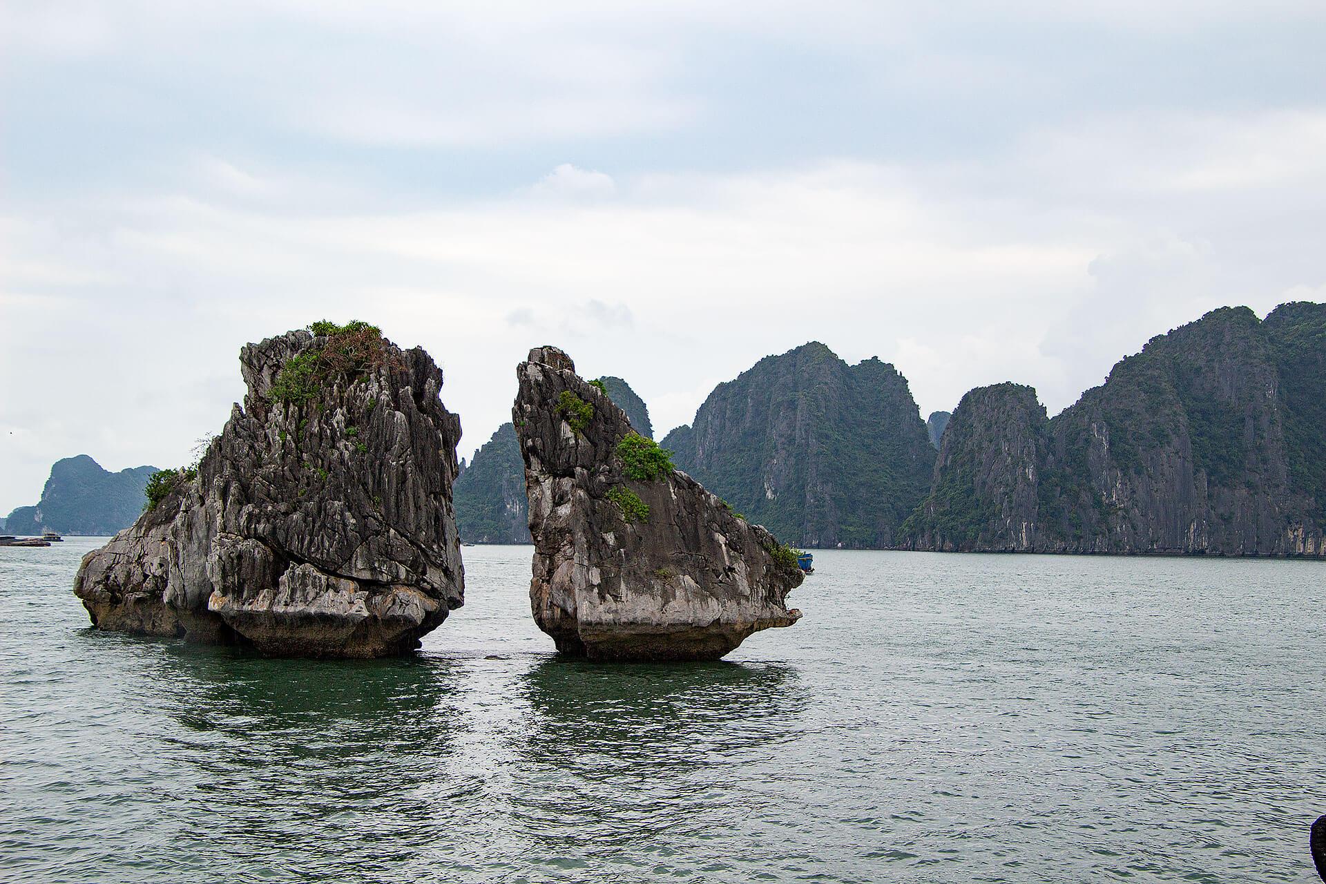 Kissing Chicken Rocks in der Halong Bucht in Vietnam