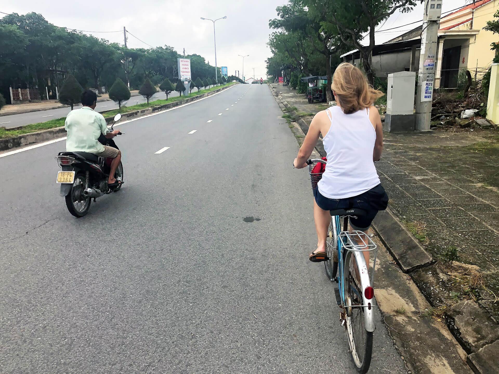 Taschi auf dem Fahrrad in Hoi An