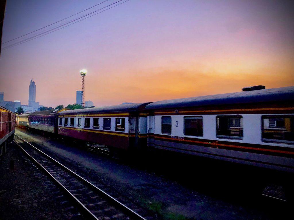 Zugfahrt von Ayutthaya nach Bangkok