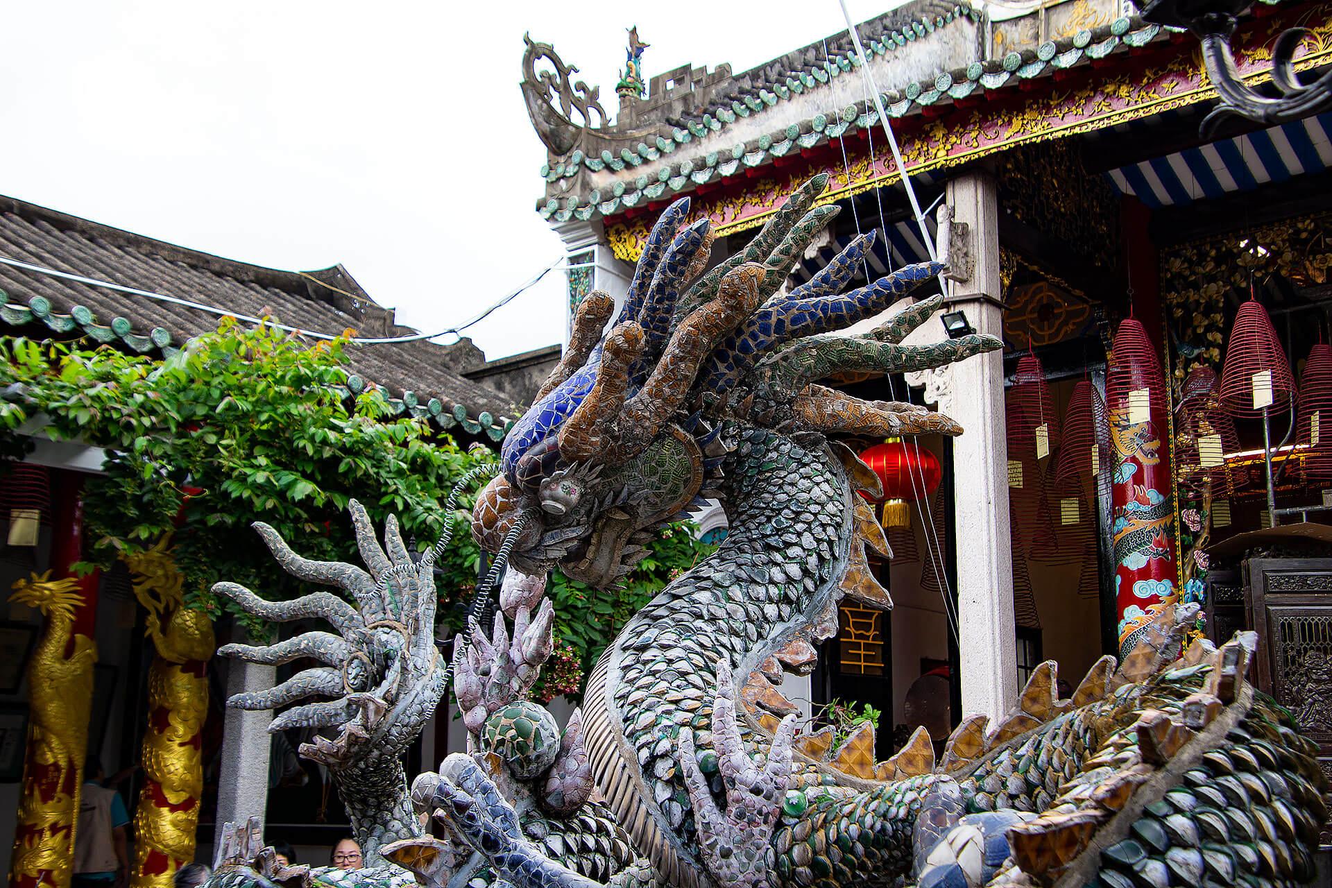 Eine Drachenstatue in Hoi An