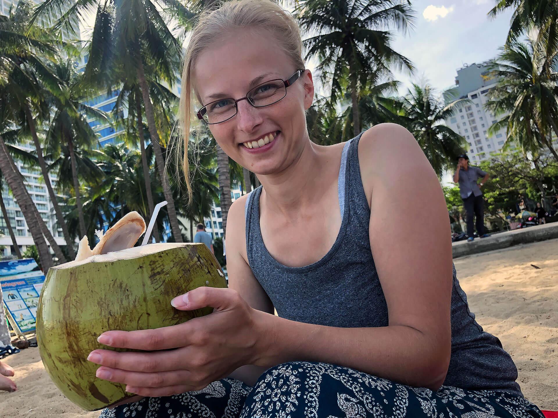 Taschi mit einer Kokosnuss in Nha Trang