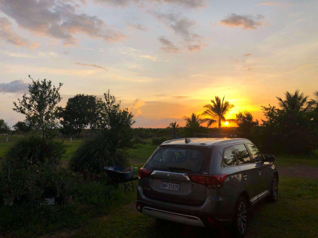 Sonnenuntergang mit einem Mitsubishi Outlander in Berry Springs