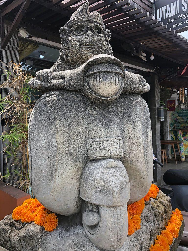 Affenstatue auf der Straße vor dem Sacred Monkey Forest Sanctuary Ubud