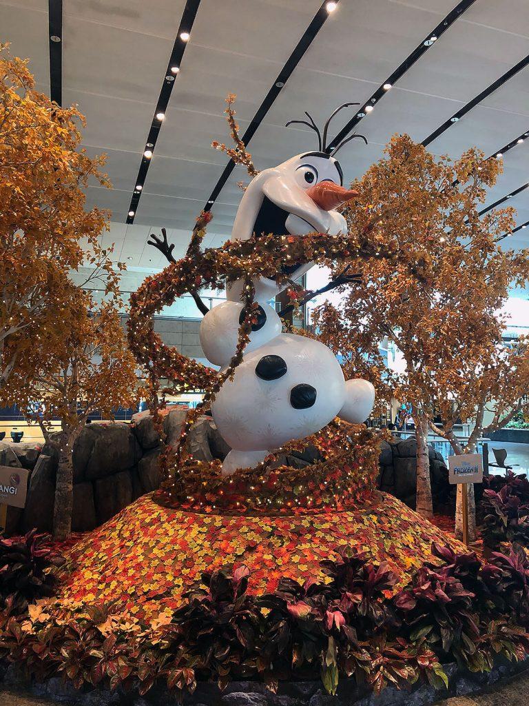 Olaf im Flughafen von Singapur