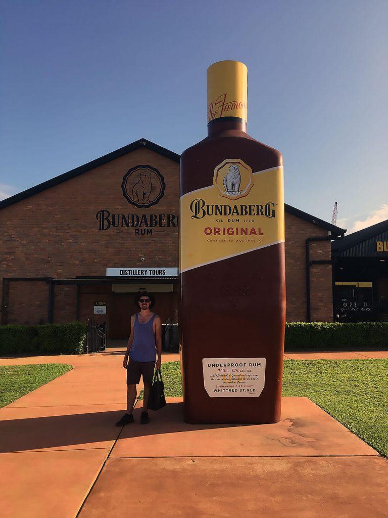 Berti vor der Bundaberg Rum Distillerie