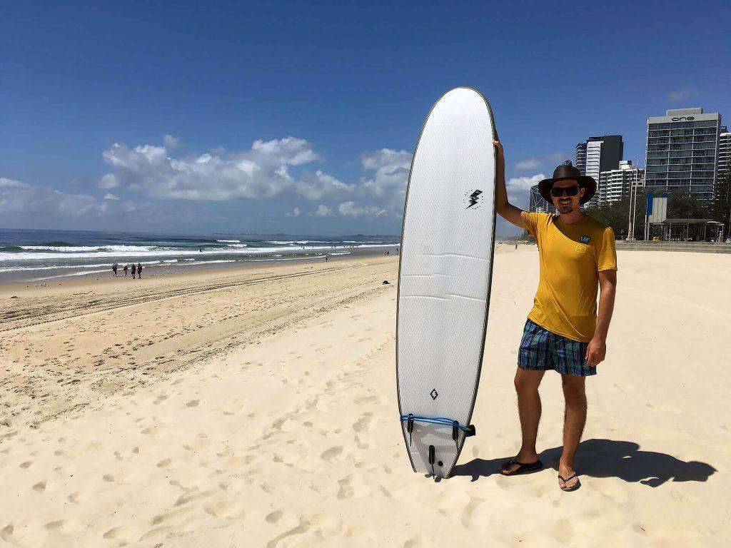 Berti mit Surfboard in Surfers Paradise