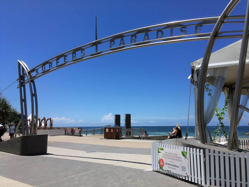Surfers Paradise Schild an der Ostküste