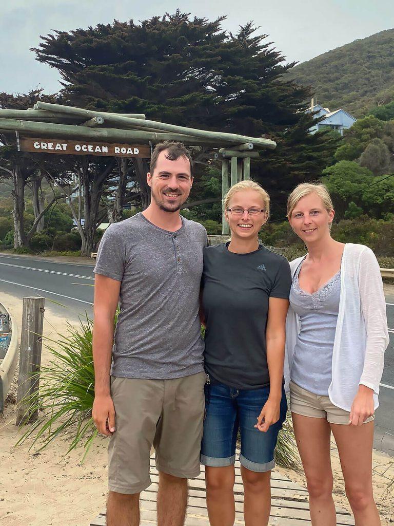 Berti, Taschi und Larissa am Great Ocean Road Eingang