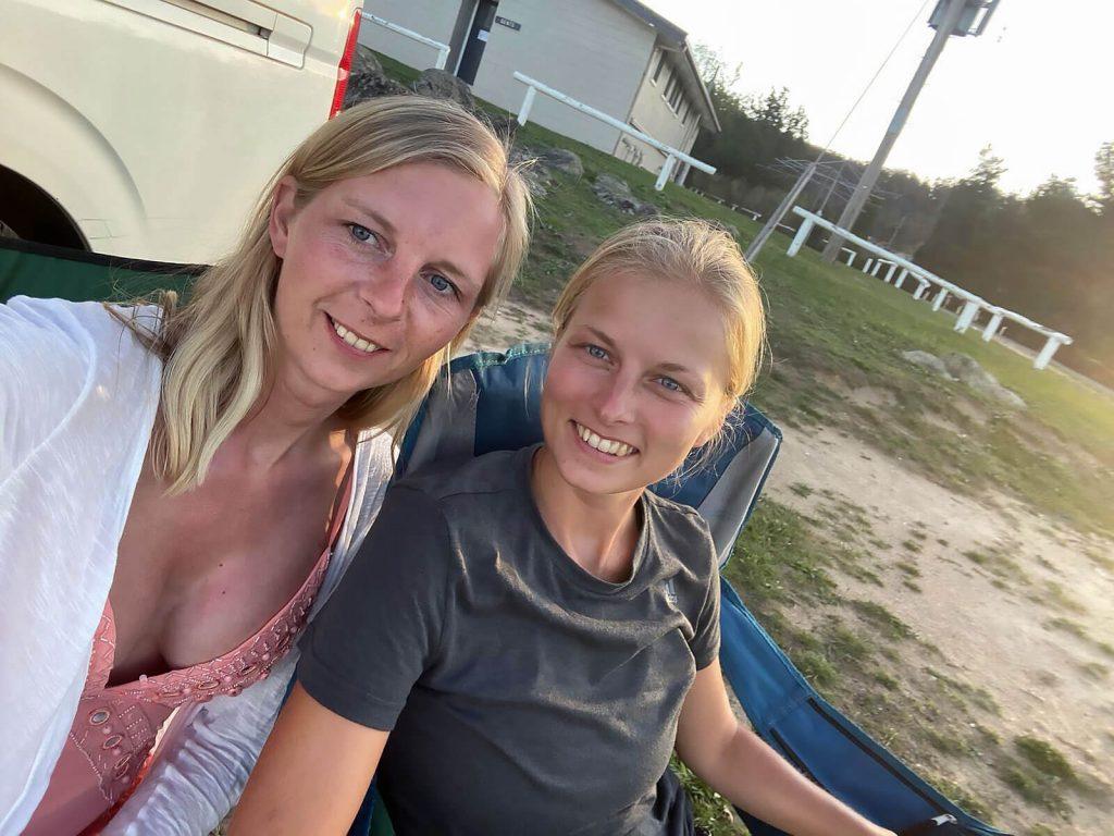 Larissa und Taschi auf einer Campsite